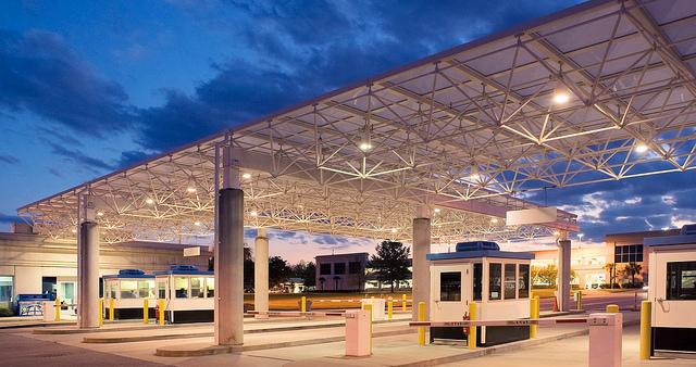 Columbia City Airport — guiando vehículos por entradas, salidas y estacionamientos.