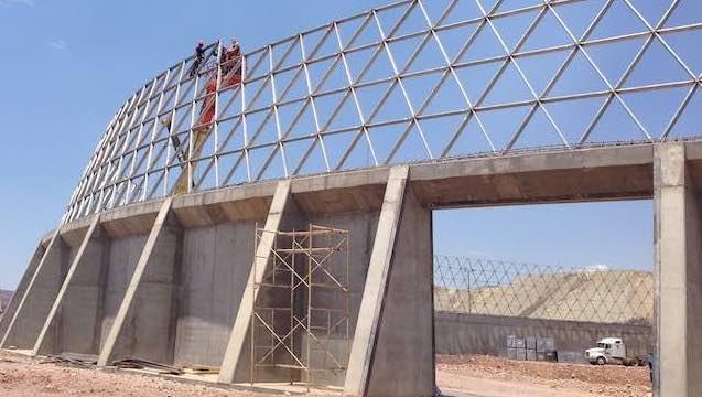 La construcción comenzó en la pared perimetral de apoyo