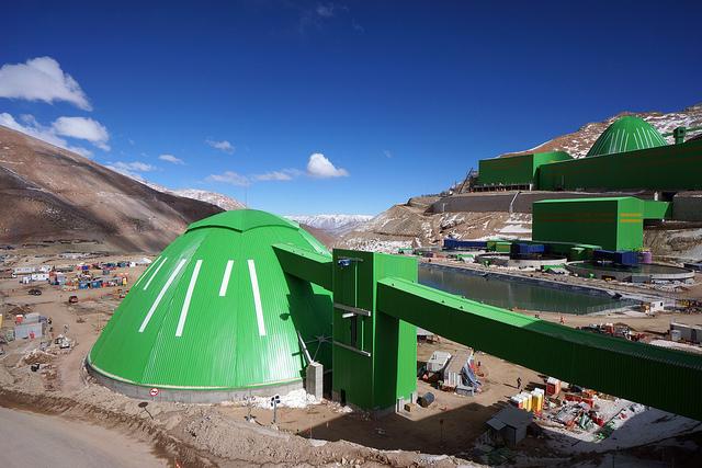 """Uno de los domos de Caserones en los Andes Chilenos es el más grande de su tipo en Sudamérica, literalmente inspirando la frase """"No muevas montañas, construye sobre ellas"""". Este enorme domo abarca 145m para cubrir una reserva de mineral de cobre. El otro domo tiene 52m y se usa para almacenar el concentrado."""