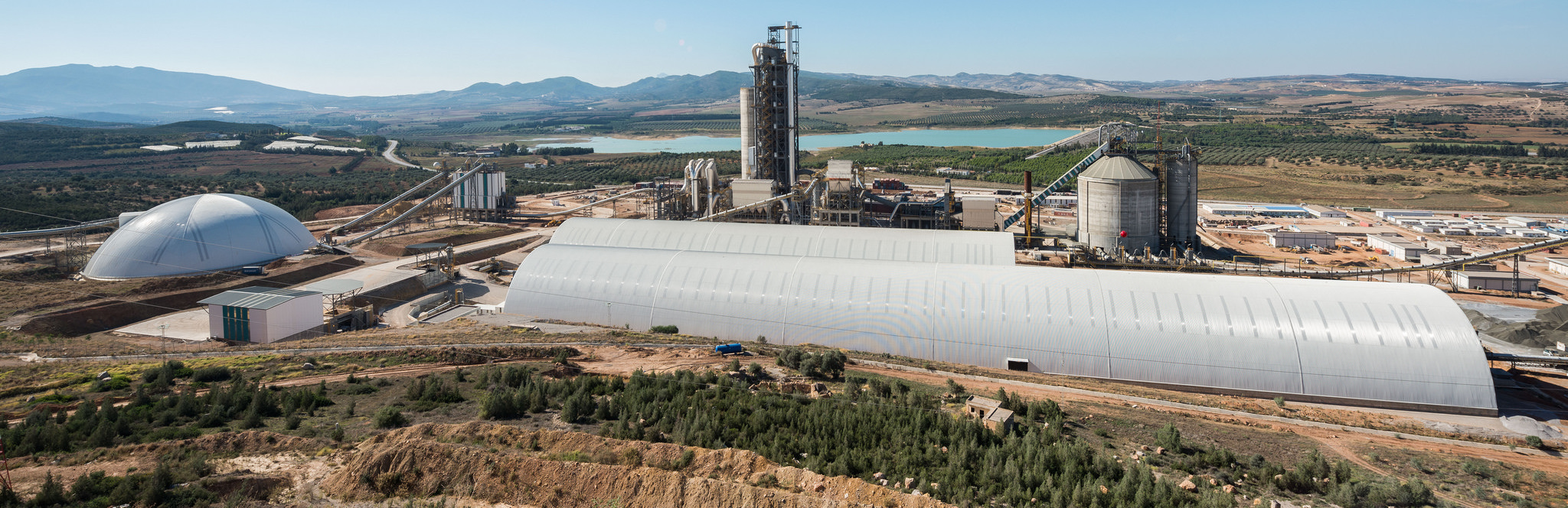 In the case of Tunisia's largest and most technologically advanced cement plant, Geometrica supplied three structures for additives, coal, and limestone. The bulk storage structures contain the dust from stacking and blending of raw materials and fuel, helping meet the plant's environmental goals.