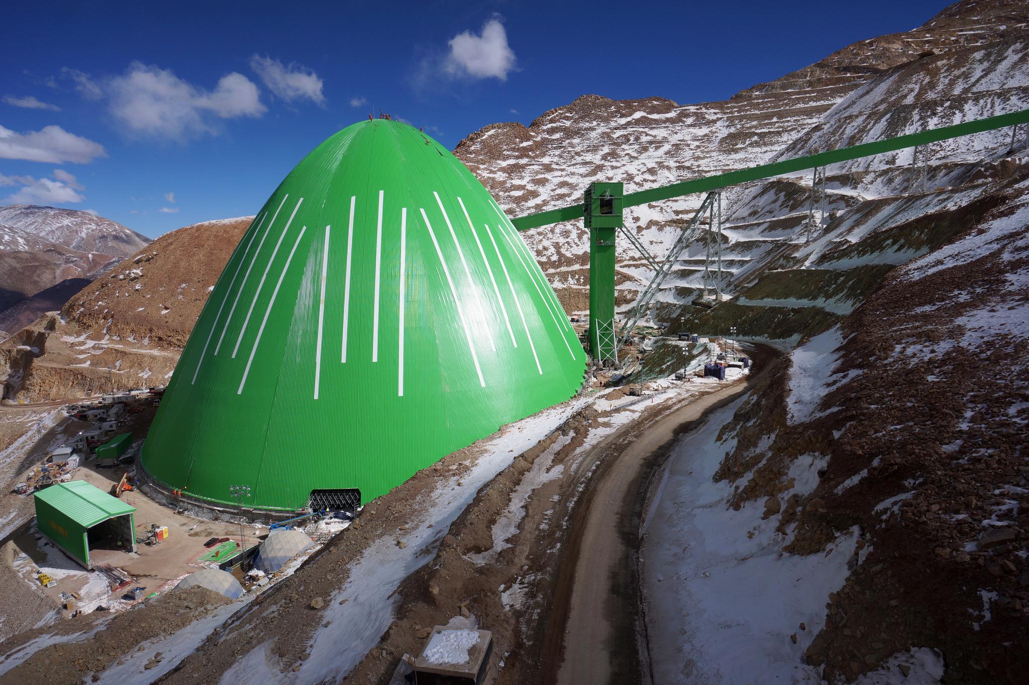 El domo Caserones mide 145m de diámetro y 94m de altura.