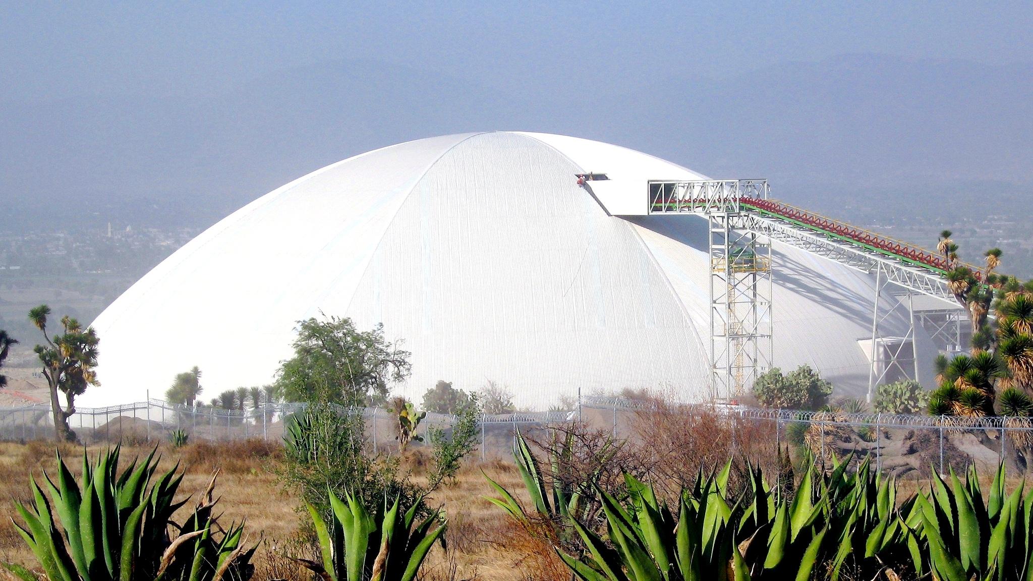 Un inmenso domo circular cubre una pila de anillo en la planta de Cementos Moctezuma en México.
