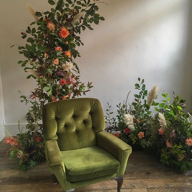 Still dreaming of this beautiful set up created by the amazing @elspethlouiseflowers ! It's the weekend so time to put your feet up! (If only all chairs had a floral installation included!)