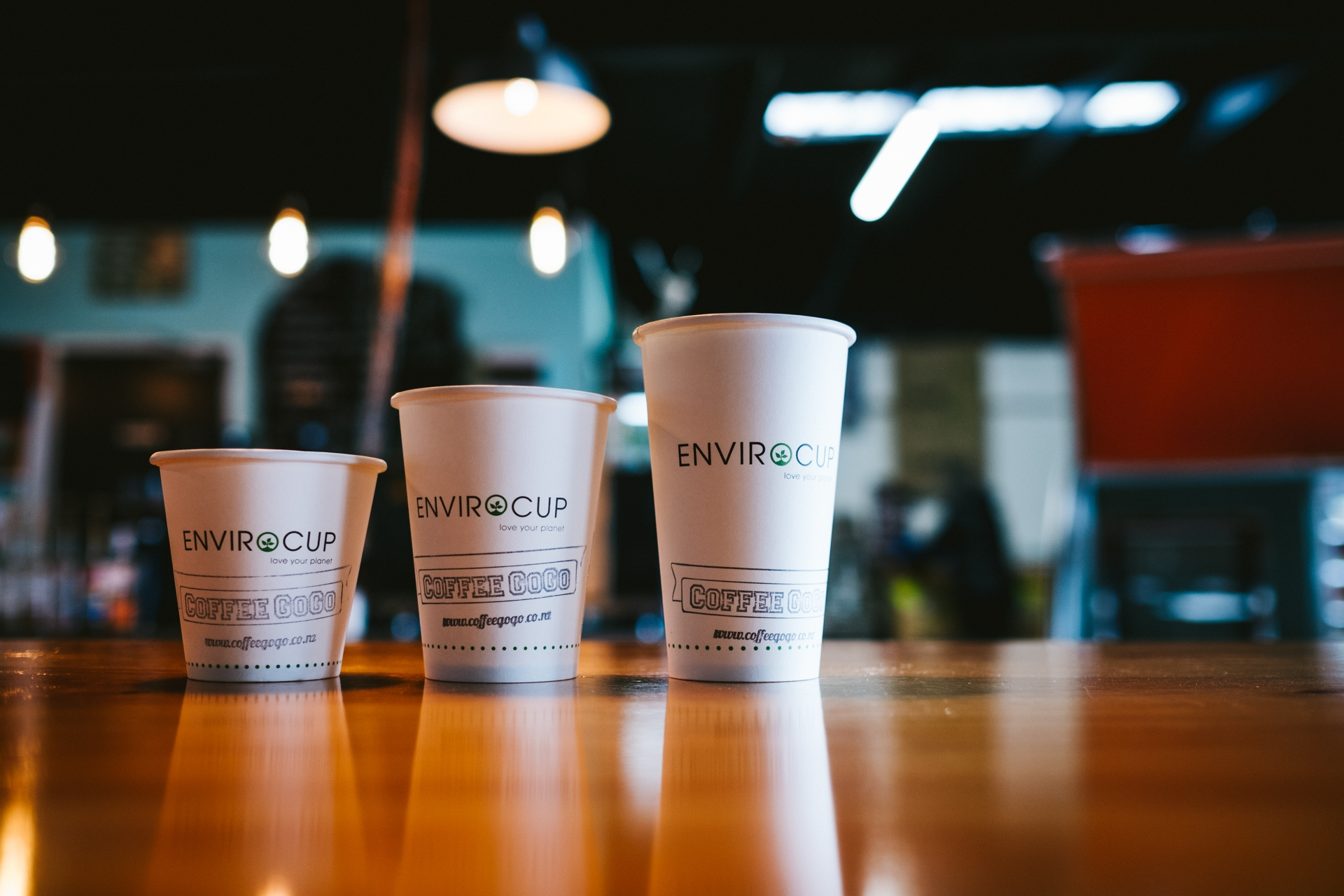 100% plastic free - What are our cups made of ? Well, the linings and lids are made of natural PLA, a plant-based bioplastic (Polylactic Acid). The paper used in the cups is sourced from managed plantations which are certified PEFC and the lids are made of Ingeo™biopolymer (corn starch).