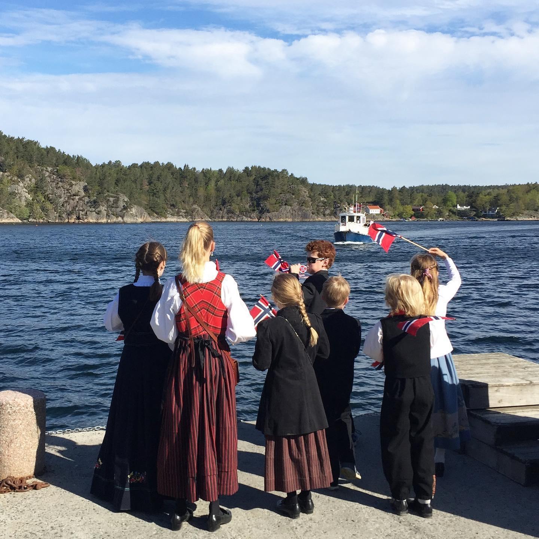 Gutter og jenter på vei til byen. Foto: Ingeborg Marcussen Hübertz.