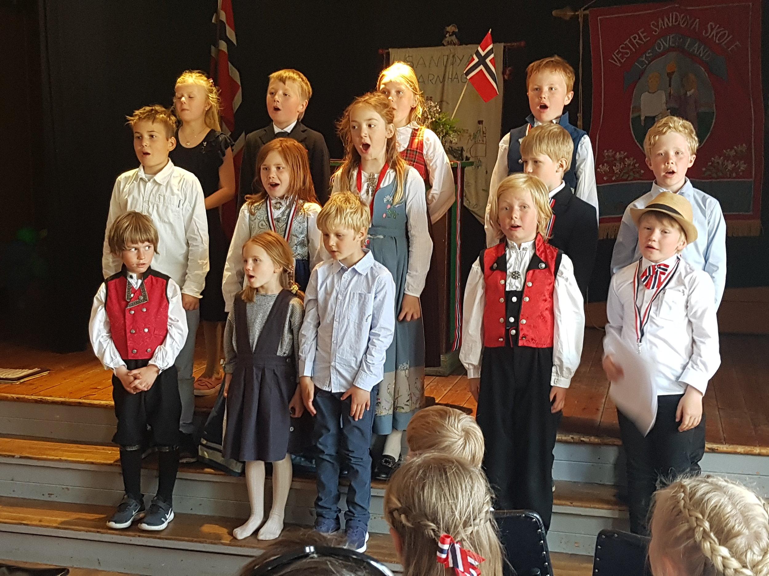 Skolebarna opptrer med sang på Kjennhaug. Foto: Rolf Schøning