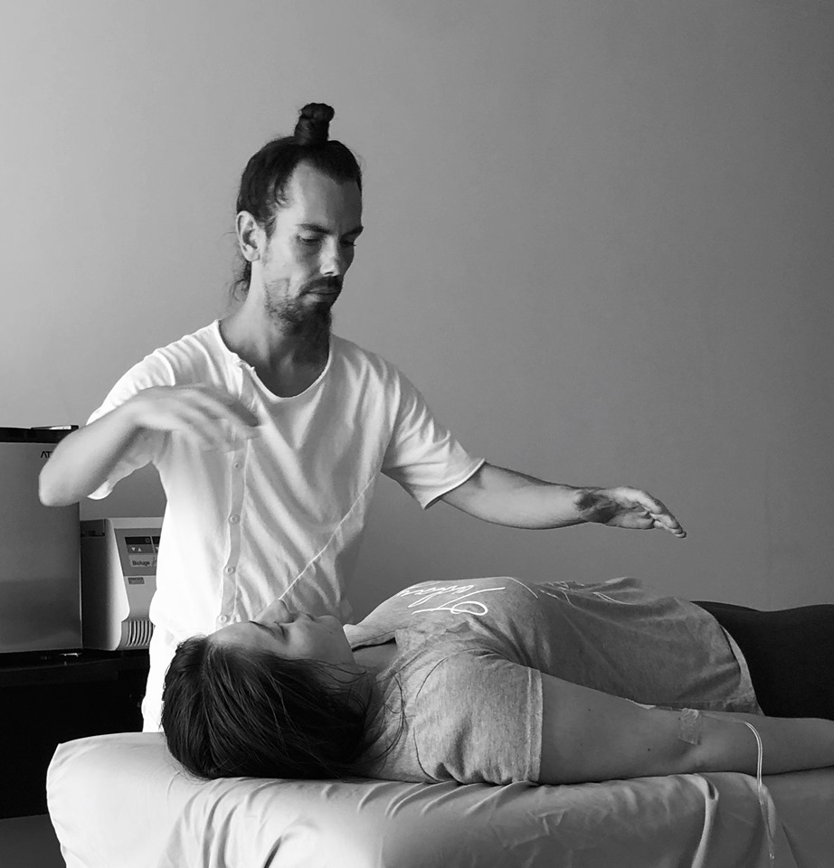 Fabrice Piche works using both qigong training and external qi emission therapy.