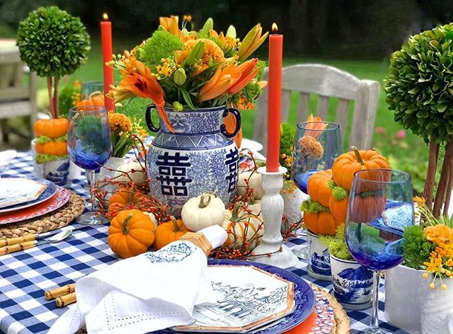 A blue and white theme is timeless and complements just about everything... including pumpkins!  #regrann: @whatpippawantspippagoetz •• •• •• #happyfall #happyautumn #tablescape #tablescapes #falltablescape #tablescapestyling #falldecor #fallstyling #blueandwhite #blueandwhitedecor #blueandwhiteforever #pumpkins #flowers #flowersofinstagram #flowerstagram #floralarrangements #hollyholden
