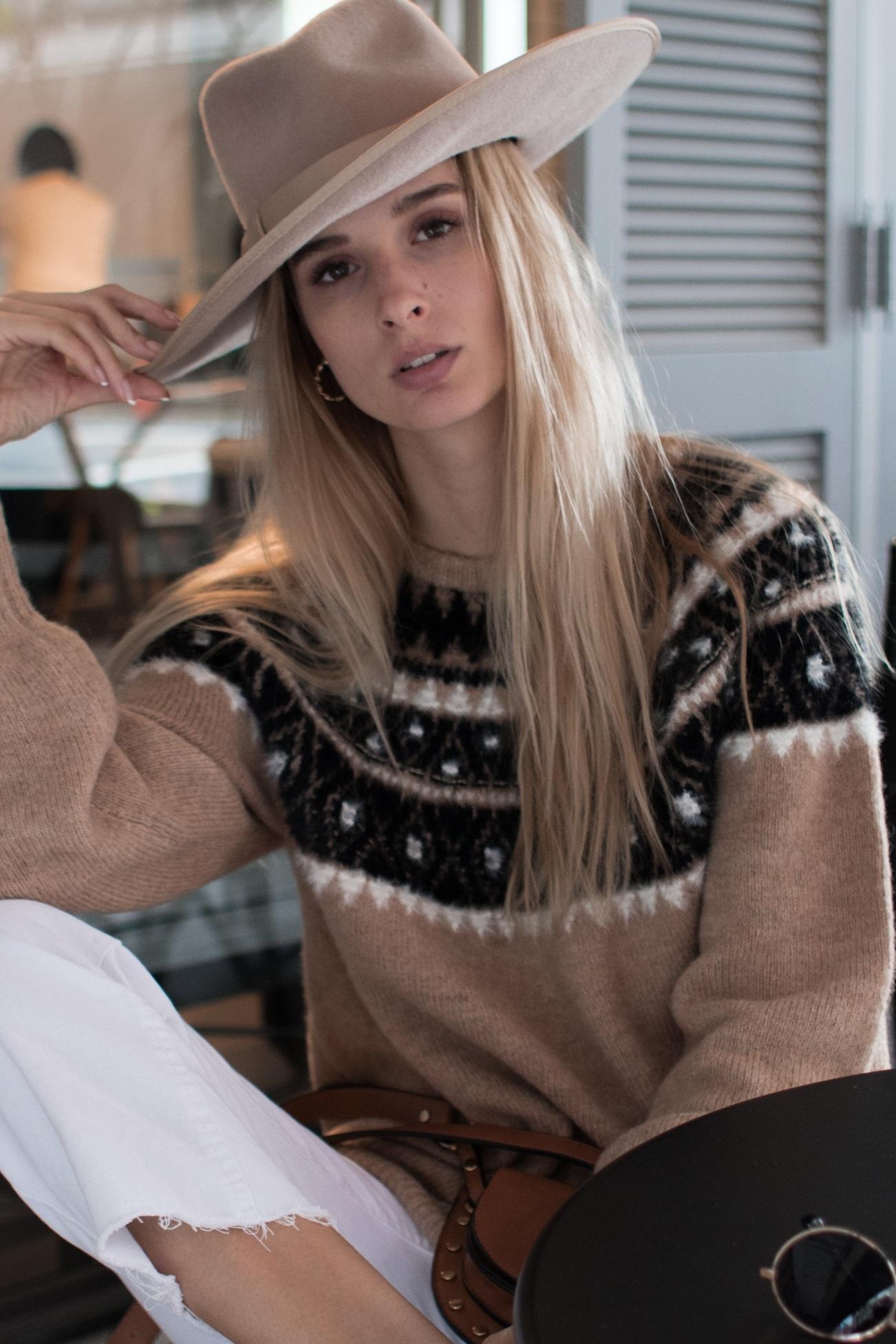 REF#ETSAKM15 | GAUGE: 7G | CONTENT: 49% Acrylic 25% Nylon 13% Mohair 12% Polyester 2% Wool