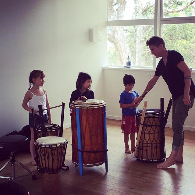 African drumming for our homeschool group today in the studio! A lot noisier than Yoga 😂Simone from drummergirl was amazing. Being homeschoolers gives us so much freedom to explore fun stuff during our days. And we are creating an awesome community. Real life connection, support, fun, laughter, exchange, friendship. We have to think about what we want for ourselves then if it's not already there, create it. I didn't find this group, a friend and I started it a year ago because there was nothing else out here. You don't need to wait for others, you can go on and get started yourself then other amazing people will find you! #homeschoollife #africandrumming #drummergirl