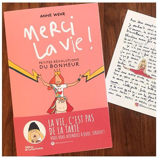 Pour celles qui ont écouté le dernier épisode du podcast avec @hyoojeong fondatrice de @nomad_her sur le thème de la puissance du voyage solo pour les femmes, voici le livre dont je parle en introduction de l'épisode et que je vous conseille pour l'été. . . «Merci la vie!» est écrit par une dessinatrice que j'aime beaucoup, qui s'appelle Anne Wehr, et que vous pouvez retrouver sur instagram sur son compte @lavieselonannew Son livre s'appelle « Merci la vie » parce que la vie c'est pas de la tarte ! A renfort de superbes dessins et d'une bonne couche d'humour, Anne revient sur les petits tracas de l'existence et comment attirer la chance et trouver les petits bonheurs. La lecture parfaite pour fait le plein de bonne énergie positive ! Pour ma part je suis en plein dedans et j'a-dore 😍 .  Alors sur la plage, à la montagne ou simplement sur votre canapé, découvrez ces petites révolutions du bonheur ! (Et surtout ces dessins à la fois choupi et tellement justes) . PS : le livre est édité chez @lamartiniere.litterature  ___ . . . . . . . .  #podcast #podcaster #podcastlife #podcasting #girlboss #inspiration #womenempowerment #girlboss #feministe #féminisme #petitsbonheurs #bonheur #lecture #livredelete #livre #dessin #positivevibes #positive #positiveattitudepositivelife