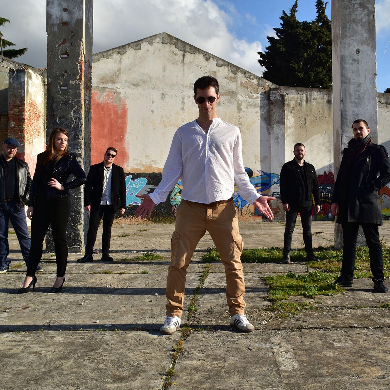 Robbie Wiliamstribute band - Robbie Williams, ime, pevec, zvezda. Na splošno priznan kot eden od glavnih pevcev zadnjih desetletij s svojim edinstvenim odrskim pristopom, njegovim prepoznavnim glasom in njegovo karizmo.LET US ENTERTAIN YOU!od 23.35 do 1.35