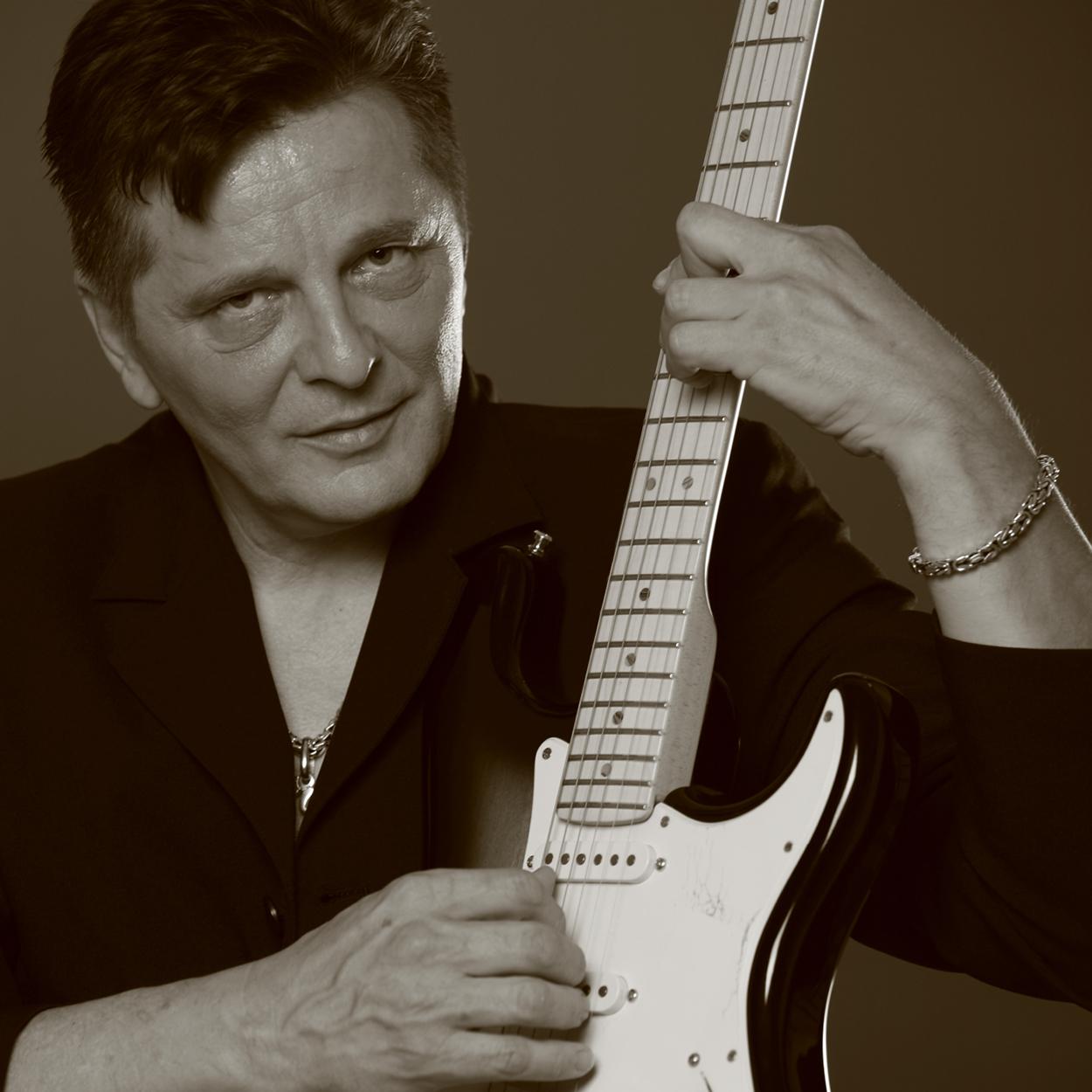 """Daniel Popović - Daniel je glasbeni talent podedoval po svoji mami. Komponirati in igrati kitaro je začel pri svojih 12 letih. Na skoraj vseh festivalih, kjer je bil je zmagal ali dobil številne nagrade. 1983 s pesmijo Džuli kot predstavnik TV Črna Gora odide v Novi Sad in prepričljivo zmaga v zelo močni konkurenci. Istega leta na izboru za pesem Evrovizije v Munchnu kot predstavnik Jugoslavije osvoji visoko 4. mesto. Po tem izboru vsa Nemčija, kot ostala Evropa proglasi Daniela za moralnega zmagovalca Evrovizije in pesem postane velik hit. Daniel Džuli takoj doda na svoj album """"Bio sam naivan"""" , ki se v Jugoslaviji proda v 1,200.000 primerkih, v Nemčiji 500.000 single plošč...OD 20.05 DO 21.25"""