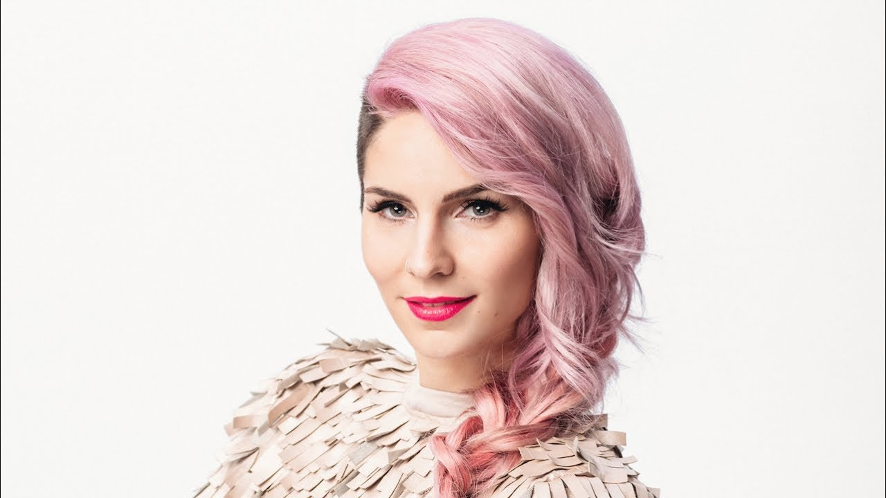 Lea Sirk - Lea Sirk je svojo glasbeno pot začela pri petih letih v Glasbeni šoli Koper, nadaljevala pa na Umetniški gimnaziji v Kopru. V času šolanja, med leti 2001 in 2007, se je na državnih in mednarodnih tekmovanjih redno uvrščala na najvišja mesta in prejela kar 14 prestižnih nagrad ter priznanj. Srednjo šolo je zaključila predčasno, z odliko na maturi iz predmeta flavta. Lea je tudi studijska glasbenica in aranžerka, nastopala je na številnih velikih odrih in snemala za mnoge slovenske izvajalce. Ob vsem tem pa ima še lastno glasbeno šolo Glasbeno izobraževanje Cirque. Svoja festivalska sodelovanja je oplemenitila z letošnjo prepričljivo zmago na Emi 2018 in tako postala slovenska zastopnica na Evroviziji z avtorsko skladbo Hvala, ne!