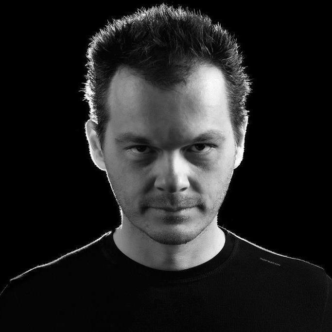 Tomy declerque - Tomi DeClerque je kot predstavnik nove generacije slovenskih deejay-ev, zrasel v obetavnem okolju za razvoj plesne elektronske glasbe. S svojimi očmi je doživel preobrazbo lokalne scene v svetovno priznan stil techno glasbe izpod rok umetnikov kot sta Umek in Valentino Kanzyani. Za fanta s talentom in ambicijo je bilo povsem naravno skočiti na ta vlak in Tony DeClerque ostaja na tej poti.Od začetkov didžejanja pri svojih sedemnajstih, je Tomy DeClerque kmalu spoznal, da se mora lotiti lastne produkcije, če želi resnično začeti kariero. Povezal se je s prijateljem Zox-om in s trdim delom sta kot Tomy or Zox duo izdala singel »My desire«, ki je požel mnogo naklonjenosti v Španiji, Rusiji in Mehiki. Vendar sta dejansko s hit singlom »Music makes me happy« zbudila veliko pozornost, saj so ju remiksali umetniki kot so Mainframe in ATCF. Poleg tega je bila skladba izdana na mnogih prestižnih kompilacijah kot na primer: Ministry of Sound, DJ Awards at Pacha Ibiza in Blanco Y Negro Mix.
