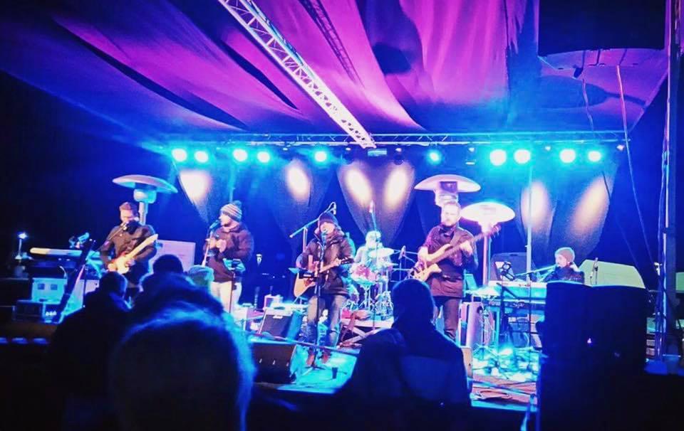 Gedore - Obalna skupina Gedore deluje od leta 2007. Skozi leta se je zasedbe spremenila, že več let pa skupin deluje v zasedbi: Lean Kozlar Luigi (Ak. Kitara, vokal), Mitja Bobič (Klaviature, trobenta, vokal), Marko Toškan (Bobni, vokal), Marko Hrvatin (Kitara), -Simon Markežič (Bas). Gedore Lahko vidite na Študentskih žurih, veselicah, porokah, koncertih, prireditvah, ipd. Skupina nastopa tudi kot spremljevalni band Slavku Ivančiču.od  20.10 do 21.37 in od 21.52 do 23.25
