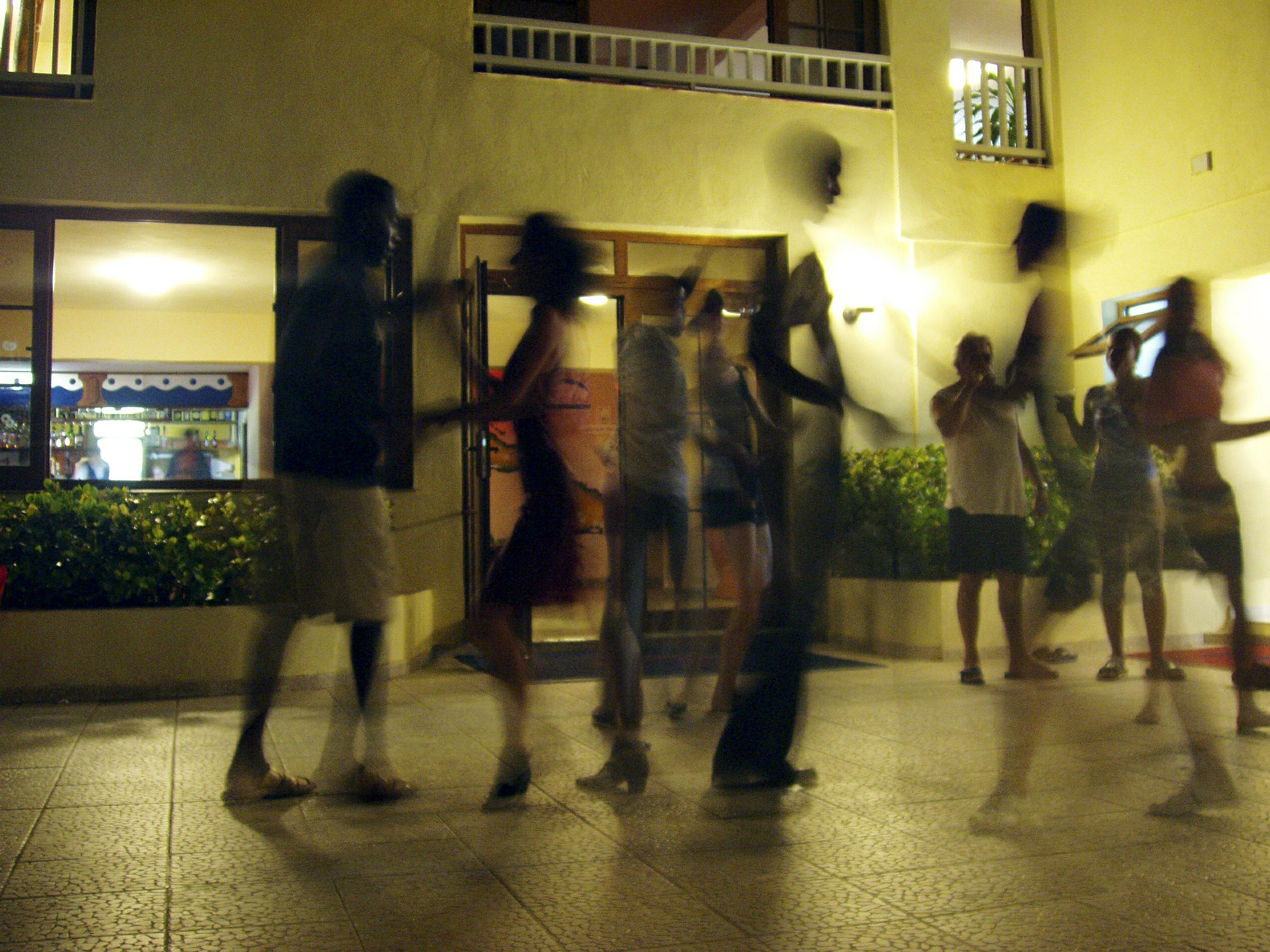 POLETNA VROČA SALSA - večurni plesni večer, ki ga bodo popestrili zvoki Brazilske in kubanske glasbe. Obiskovalci bodo lahko plesali v ritmu timba, bachata, salse in kimoza.