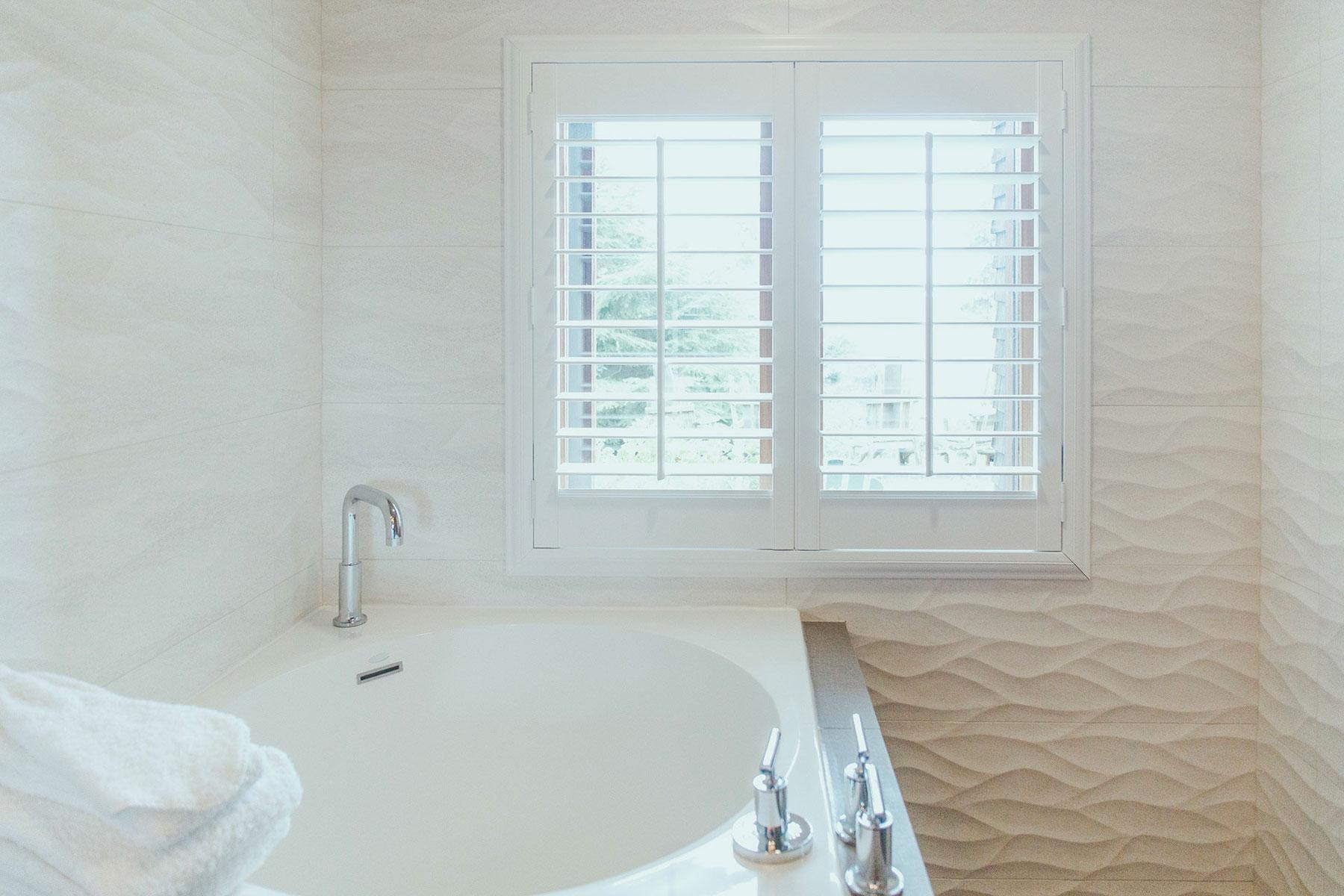 The large tub in the Manzanita room