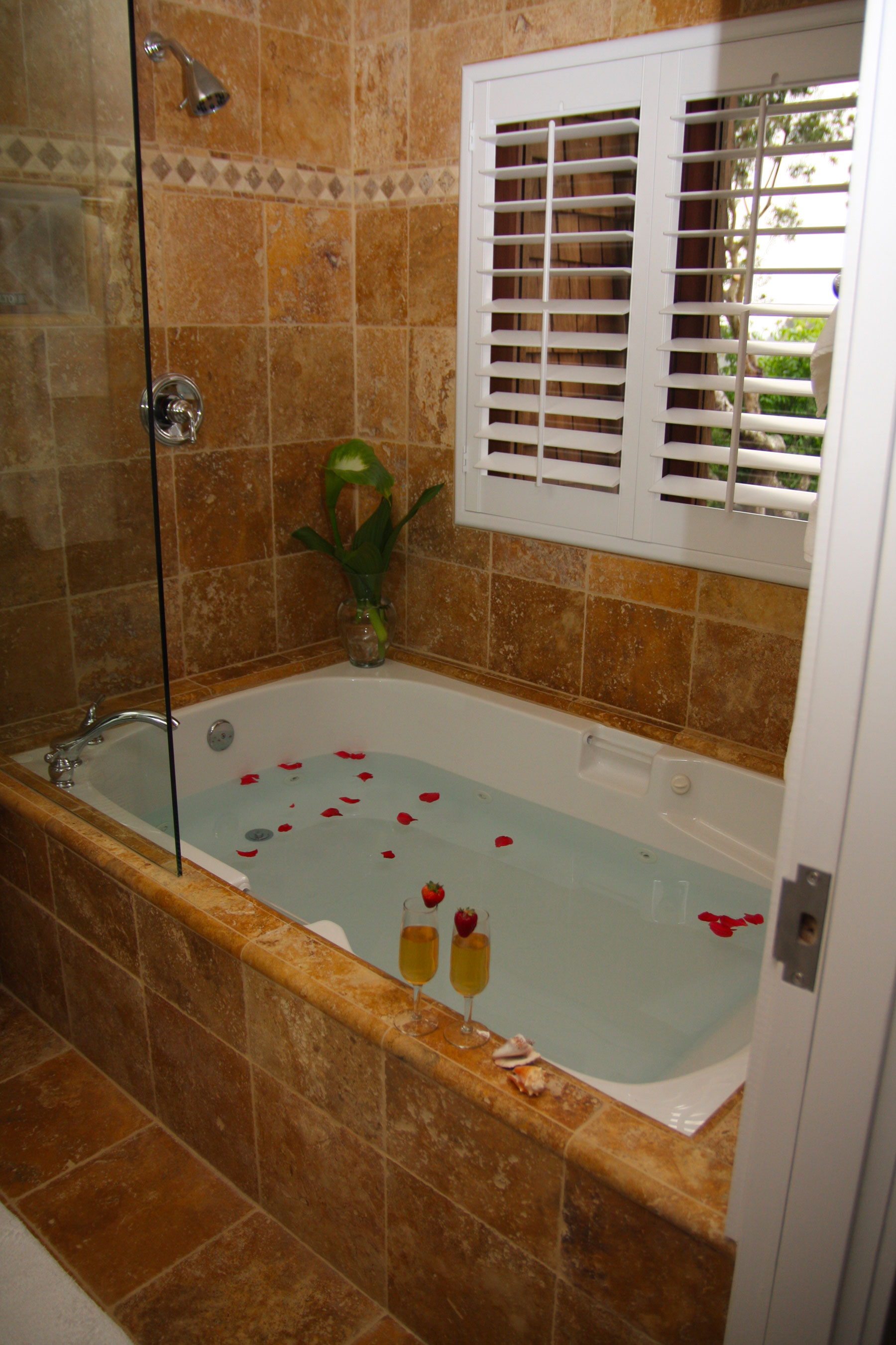The bathtub in the Madrone room