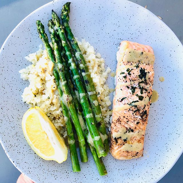 Easy & delicious summer dinners. My Baked Salmon (the tarragon is the magic 🔑 here!) Cauliflower rice sautéed with garlic & tarragon, then topped w/ some truffle oil. Grilled asparagus w/ avocado oil. My Basil Dijon vinaigrette (minus the basil tonight) drizzled all over! ✨Recipes at livewellwithkate.com!