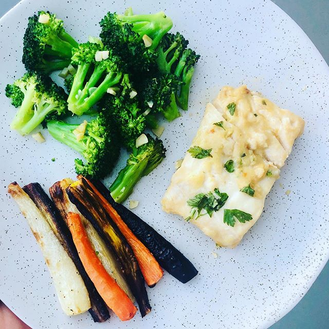 Another easy summer meal done in under 30min. Brought to you entirely by @traderjoes. Soy ginger cod (freezer section), roasted rainbow carrots & garlicky broccoli 🥦. Bake cod en papillon and roast carrots with some avocado oil for 25min at 425F. Steam broccoli with a little veggies stock then sauté with chopped garlic. Easy peasy ✌🏻