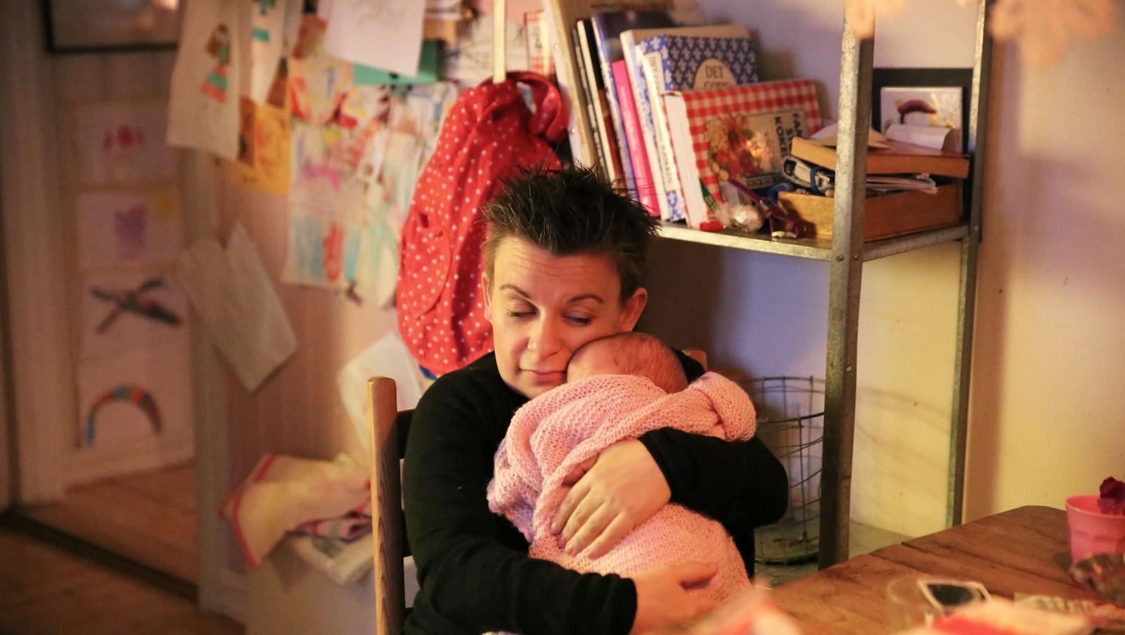 Teskje-mammaen - Kjerstis jul startet med ei nyfødt jente. Et barn mange mener hun ikke burde hatt.