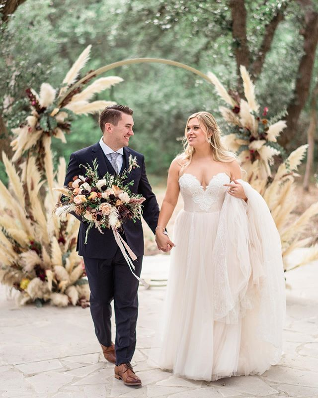 Happy 1 week Anniversary to this beautiful couple! ❤️ #texaswedding #bride #groom #pampasgrass #fall #elaineandlee #texashillcountry #theaddisongrove #weddingflowers #weddingdress #ceremonydecor