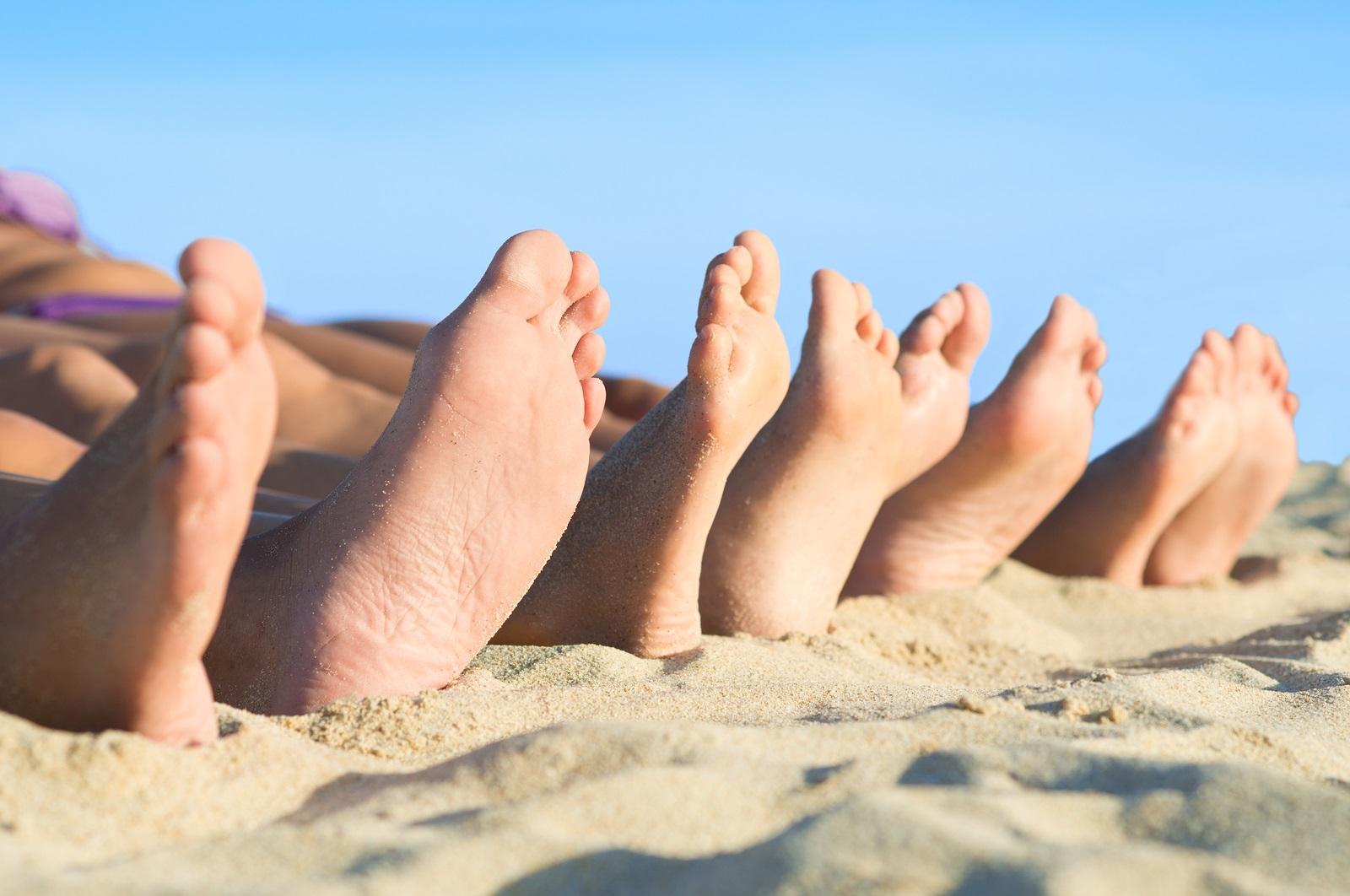 Feet_Beach_Sky_43071631_S_.jpg