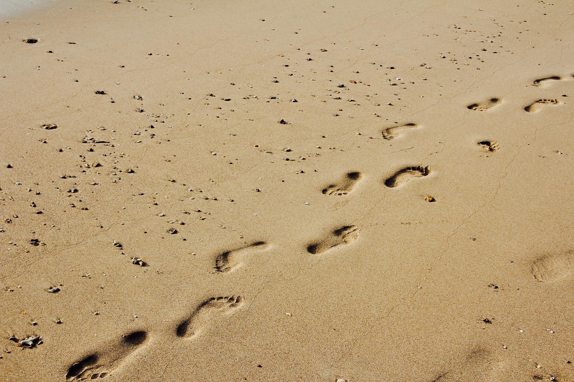 footprints-1189780_1920.jpg