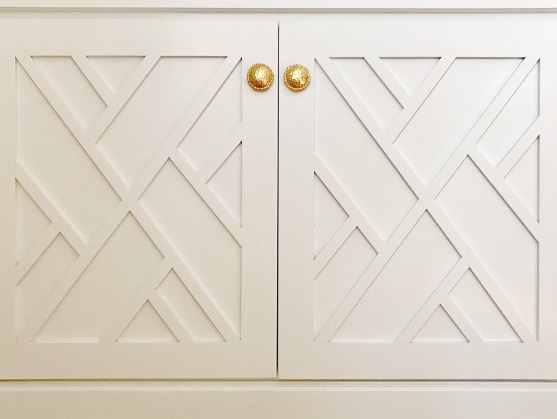 Classic Chinese Chippendale doors look fresh when painted white. Image via  Lucy Williams Interiors .