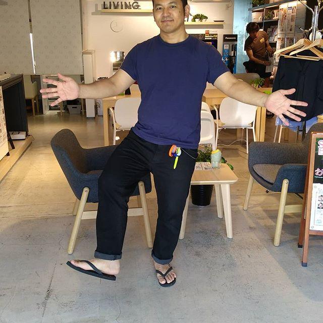 今年もビーサンで営業しております~。湘南T-SITEのTシャツビーサンフェスに合わせてTシャツ&ビーサンで店頭で接客中~。さすが、湘南ですね!とお客様からw。今着ているTシャツも販売中、と言いたいところですがユニフォームなので非売品ですっ!#クラシンク #kura_think #湘南T-SITE #tシャツ #ビーサン