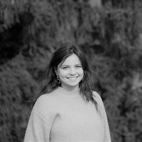 """Atelier Emmaüs      Zoé Touchard    - Cheffe de projets   Diplômée du master """"Economie et Entrepreneuriat Social"""" de Sciences Po Grenoble, Zoé a récemment rejoint l'Atelier Emmaüs en tant que chargée de projets. Elle coordonne notamment le lancement d'une collection d'objets de design dessinés par Ionna Vautrin, Ferréol Babin et le Studio 5.5 et fabriqués à 100% à partir de bois de rebut."""