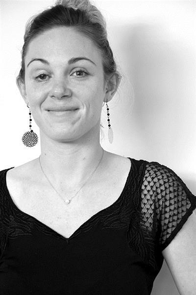 Justine Rouger – Consultante design et matériaux   Justine Rouger accompagne les entreprises dans le développement des produits d'ameublement. Diplômée d'un master en Management Design et Innovation, elle aime avoir une vue globale sur le déroulement d'un projet de conception et sur les méthodes utilisées. Pour elle, l'innovation passe tant par le produit que par la manière de le développer. A FCBA elle travaille au sein d'une équipe pluridisciplinaire composée de designers, d'experts matériaux et d'ergonomes. Cette collaboration l'a amenée à participer à la mise en place d'une méthodologie basée sur l'observation des usages et l'expérimentation sur des prototypes physiques et virtuels.