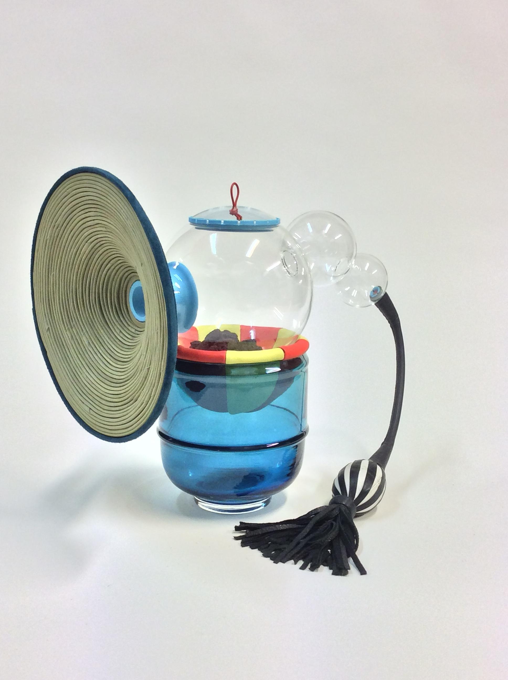 Secret d'Alchimie - « La peau du verre se tend grâce au souffle du verrier. Un nuage de vapeur d'eau se forme quand le verre en fusion entre en contact avec le moule imprégné d'eau. Ainsi le verre n'adhère pas au moule, la forme glisse sur coussin d'air. »contact : info@secretdalchimie.com