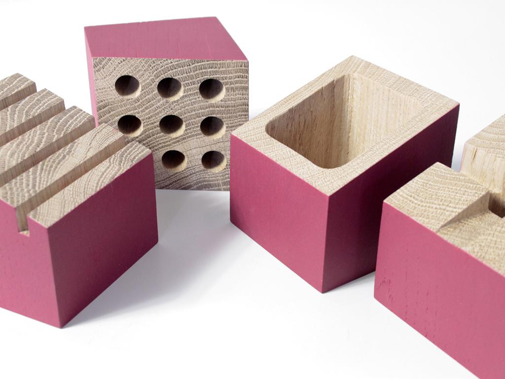 innow design - L'organiseur de bureau Uzin, en chêne massif, est composé de quatre modules indépendants aux lignes épurées et élégantes. Un porte-carte ou mémo, un porte-crayon, un dock téléphone et un pot pour trombones, gommes, pinces, …Les quatre modules alignés forment un profil d'usine. Un clin d'oeil pour annoncer une belle journée de travail !
