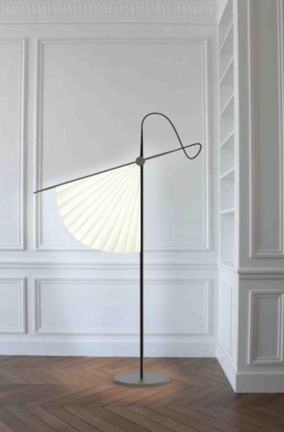 ELSA POCHAT - Sukato, est une lampe de sol inspirée des traditions japonaises.  Des bandes de led cachées dans la structure métallique illuminent le diffuseur. Le bras et la jambe sont reliés par un fil qui semble être le prolongement de l'un et de l'autre. La forme du luminaire représente la roue du temps car la technologie Chronos est utilisée, en respectant le rythme de la lumière circadien. contact: design@elsapochat.com