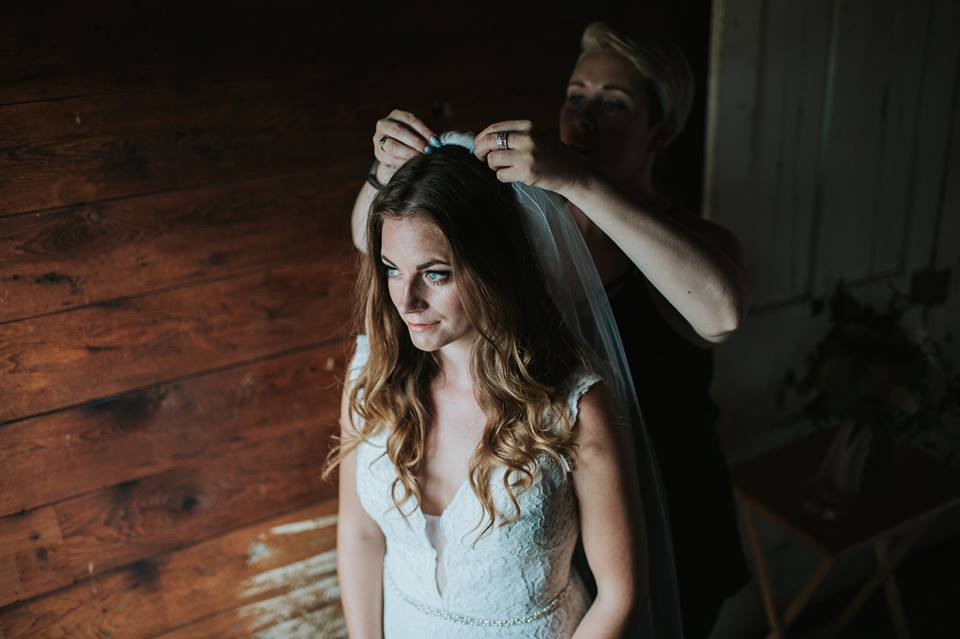 Shanna working her magic with the veil on these beachy waves!
