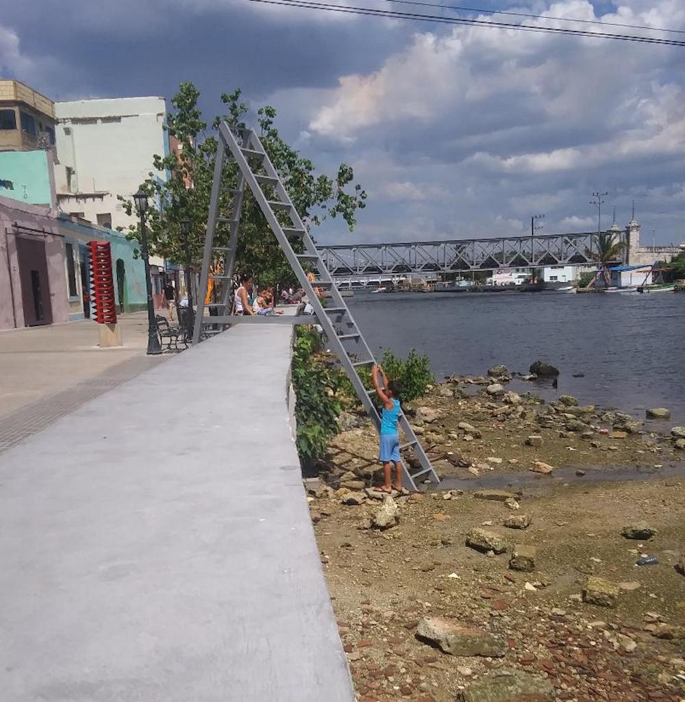 "Children made use of the ladders in ""Contrahuella"" to explore the riverbank Photo: Cuban Art News"