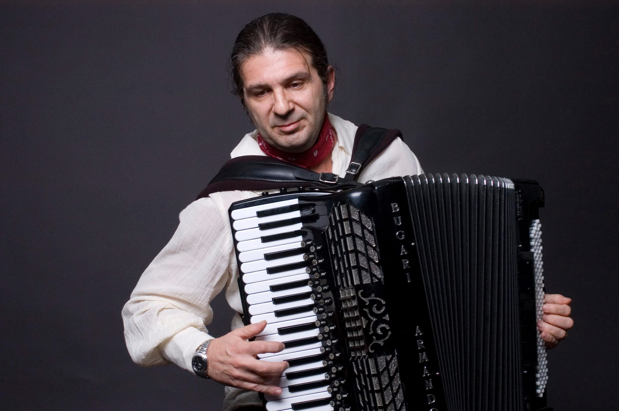 Roberto Cassan playing an accordion