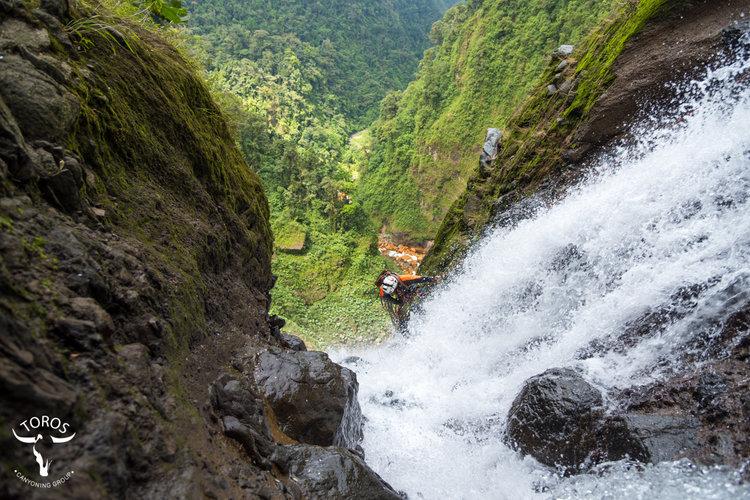 Iniciando descenso por el agua en catarata de 120 metros; foto: Victor Carvajal