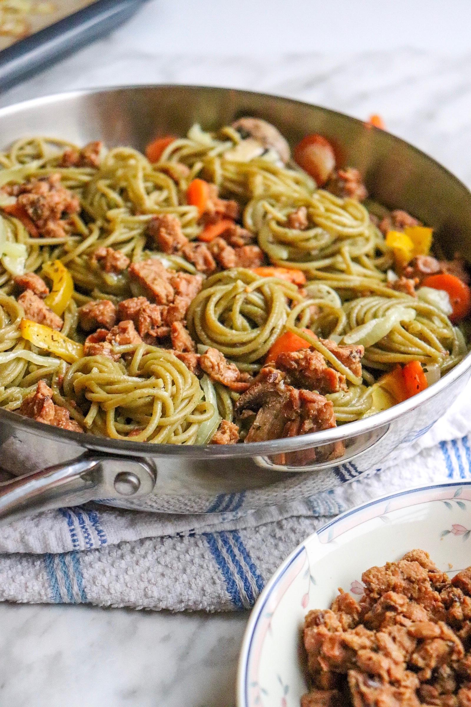 Ici, j'ai tout simplement mit mon tempeh sur des spaghettis de légumes verts avec des légumes (champignons, oignons et poivrons) cuits au four avec de l'huile et des épices italiennes, le tout submergé d'une sauce à base de crème de riz, ail et oignons. Ce fût un vrai délice !