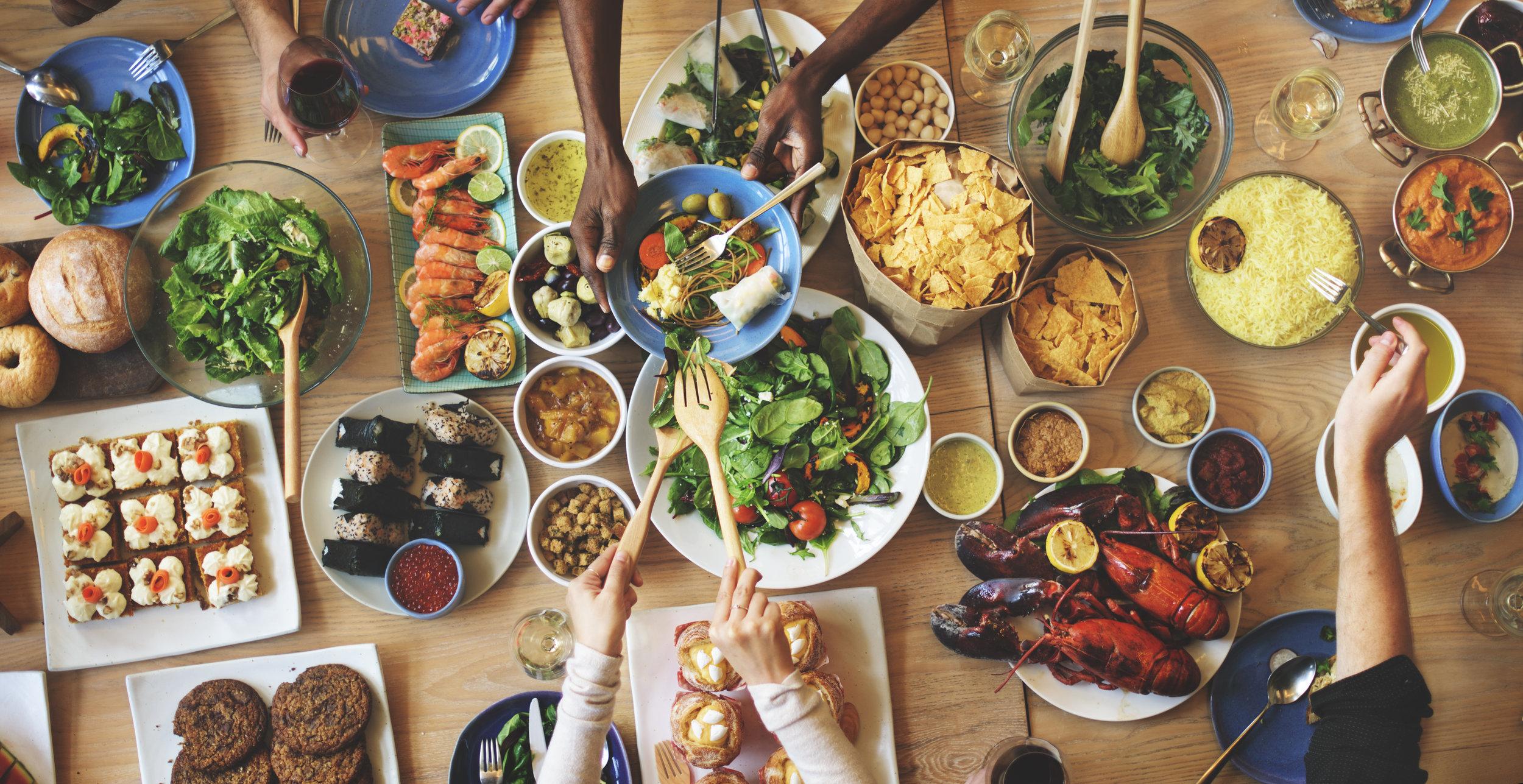 brunch-choice-crowd-dining-food-options-eating-PKBDQR8.jpg