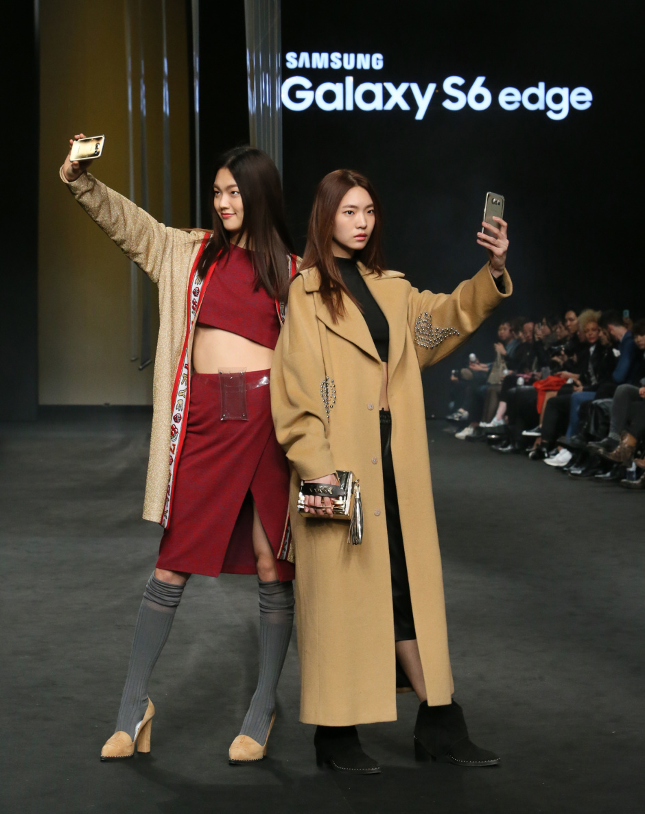 When  Samsung  released the Galaxy S6 phone, they wanted a trendy promotional strategy. We teamed Samsung up with Seoul Fashion Week and produced a fashion show to showcase.