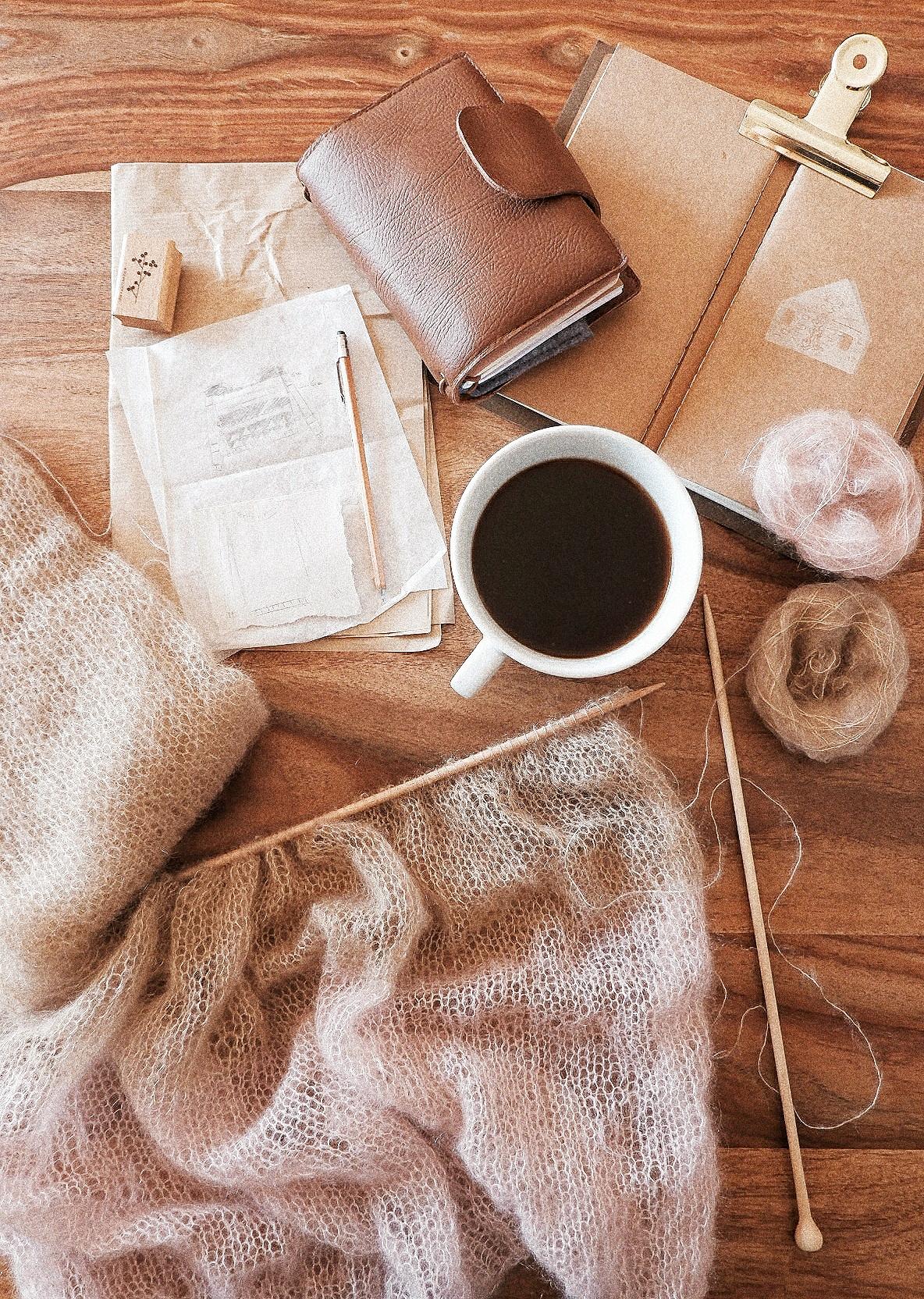 Delicate knitting work and journaling.  Lavoro a maglia delicato e soffice e journaling.