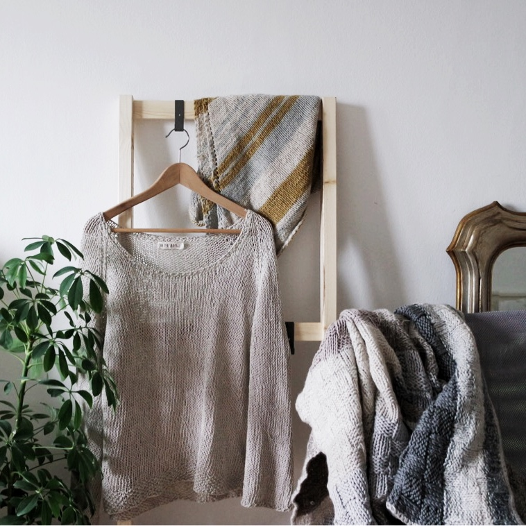 Patterns - Un Peu Sauvage is knit and crochet designs. Minimal and simple patterns that mix an old art with modern designs.Un Peu Sauvage vuol dire designs semplici, minimal e che resistono le mode del tempo. Trovate sia designs per lavorare a maglia che all'uncinetto.