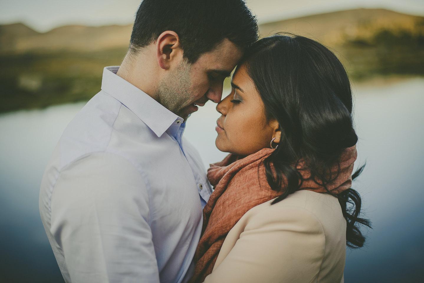 9. HAZ UNA SESIÓN PREBODA   La preboda es un reportaje de fotos anterior a la boda que se realiza como mínimo un mes o varios meses antes. Puedes utilizar también las fotos para realizar la invitación de la boda.  Se aconseja la preboda porque es una forma de conocer al fotógrafo y que él os conozca. El día de la boda estaréis más relajados y podréis disfrutar a tope ya que el fotógrafo no os será un desconocido.  Cuanto menos pienses que hay alguien realizando fotos, más naturales serán. Y eso es lo mejor de todo porque se captan momentos más especiales y lo más importante, no estarás pendiente de quién está haciendo las fotos, estarás pendiente de tu pareja, amigos, familiares y de ti. Luego será un recuerdo genial que te encantará. De captar la boda ya se ocupará el fotógrafo. ¡Vosotros a disfrutar!