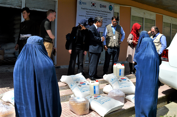 The participating women receive monthly food distributions to help them cover the food needs of their families while they learn new skills that will help them secure long-term livelihoods. (Photo: WFP/Philippe Kropf)