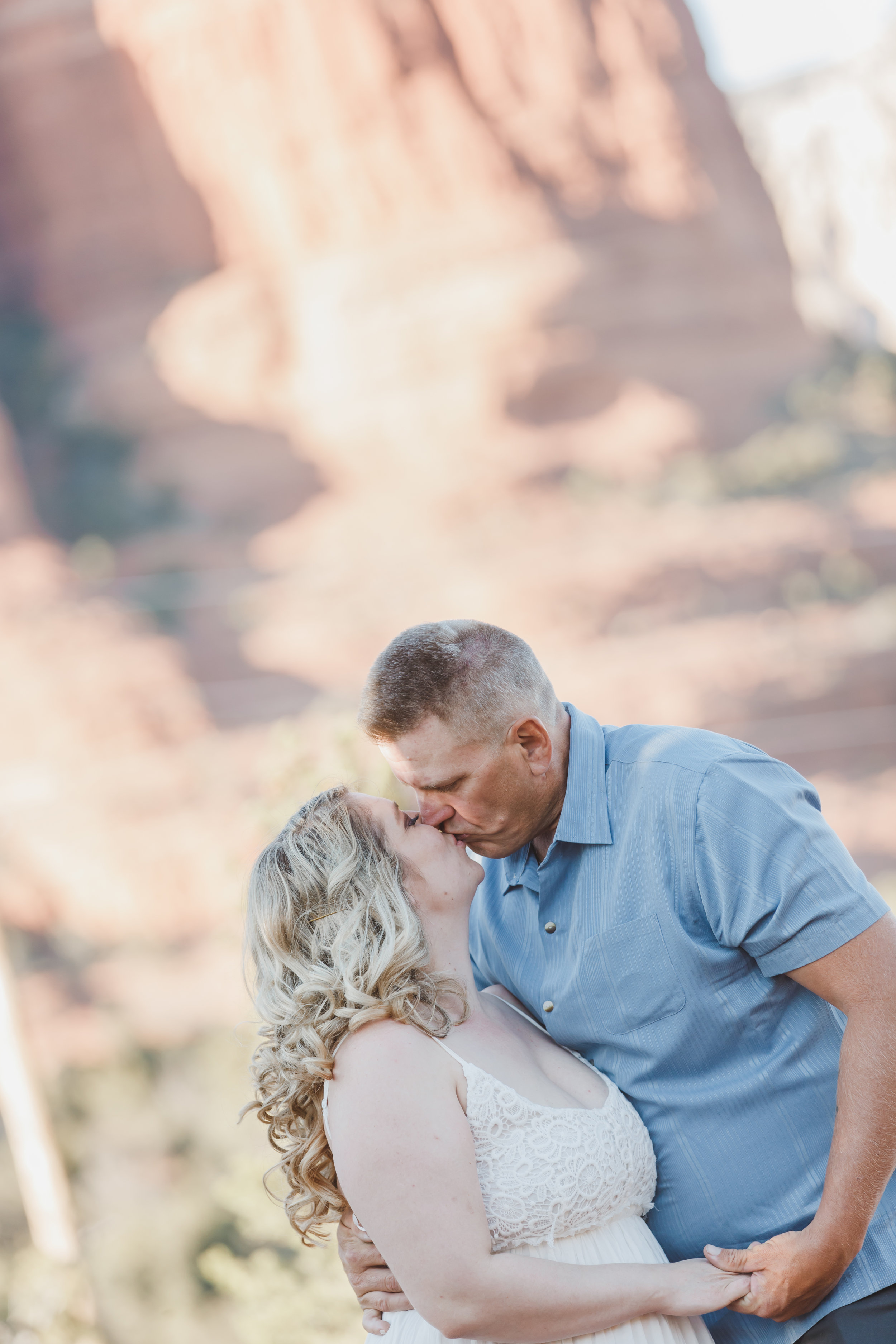 kissing-love-engaged-photographer
