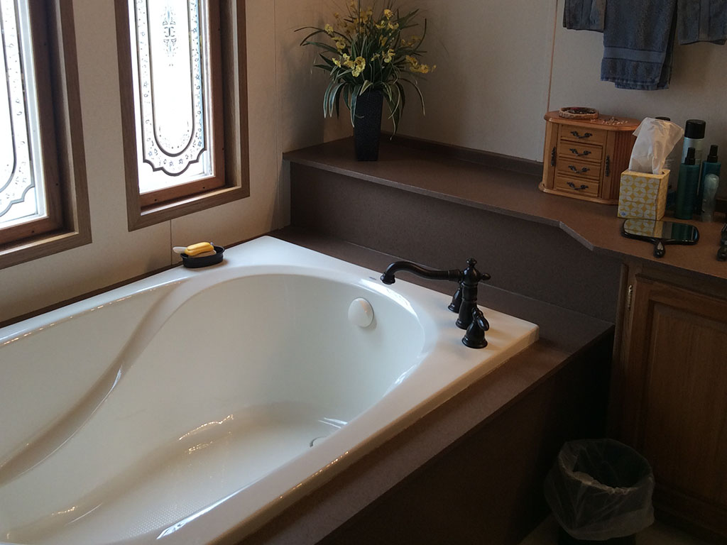 Tub-surround-with-banjo-and-sink-4.jpg