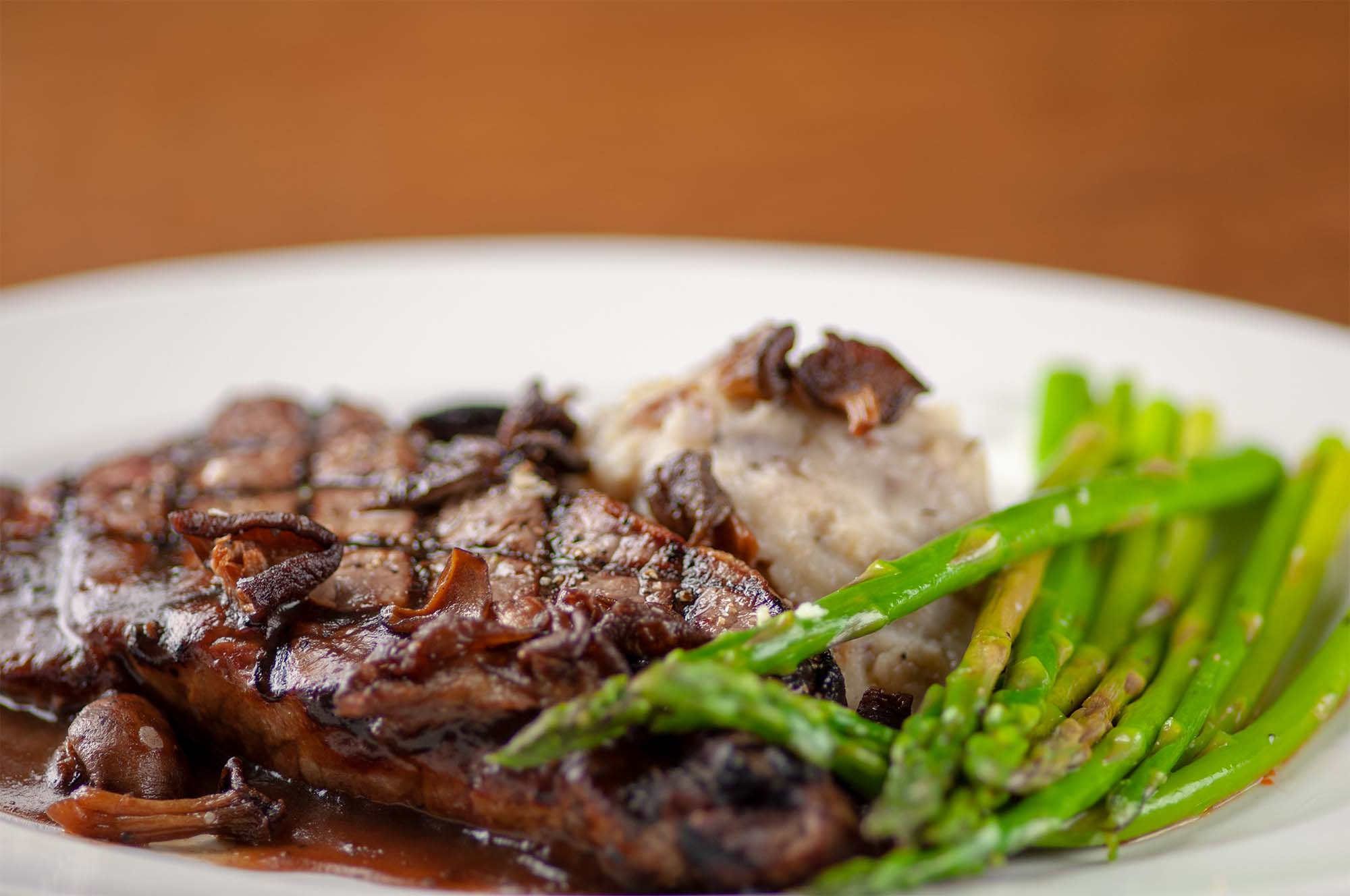 steak with mashed potatoes and asparagus